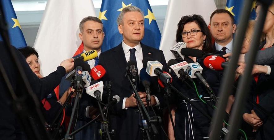 Biedroń: Polsce grozi utrata środków z UE. Opanujcie się