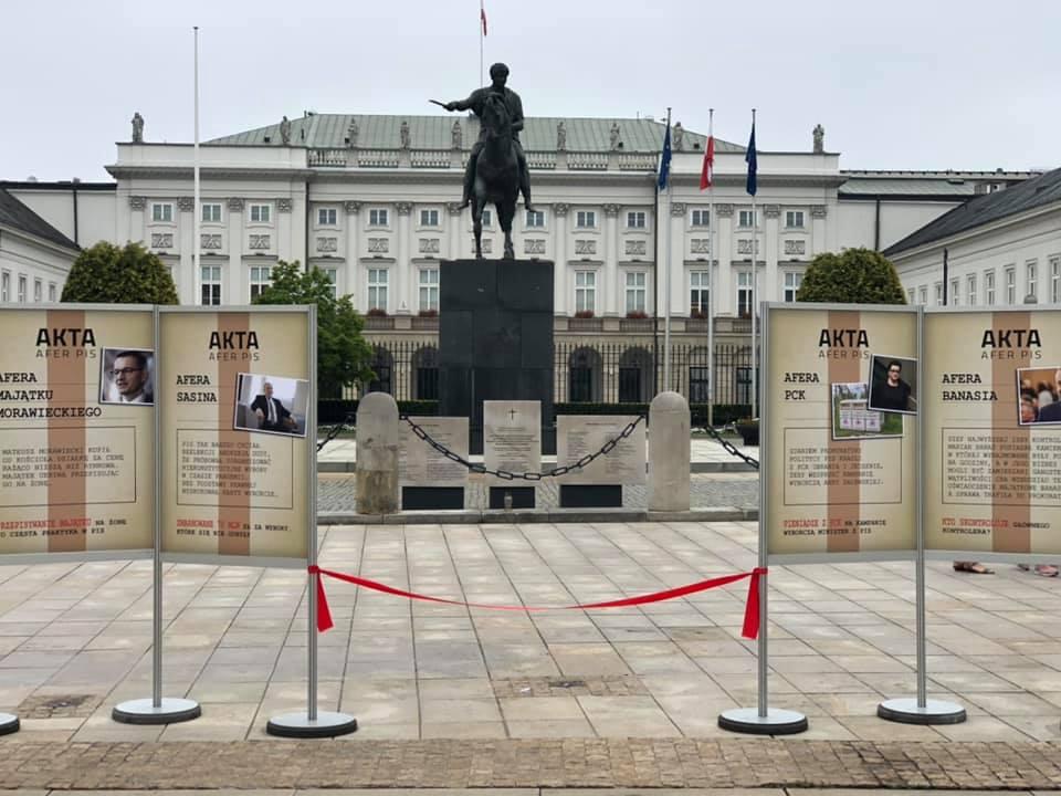"""Przed Pałacem Prezydenckim pojawiło się """"Muzeum afer PiS"""""""