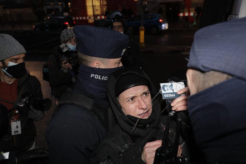 """Policja: zatrzymana dziennikarka """"zaatakowała policjanta, błyskając fleszem"""""""