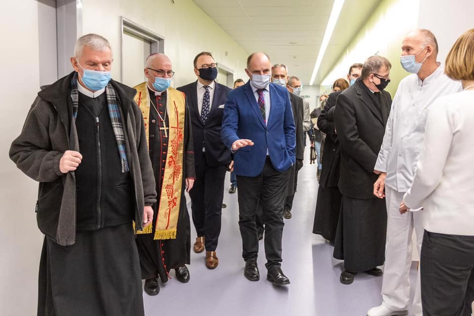 Otwarcie oddziału szpitala: czterech księży iświta PO