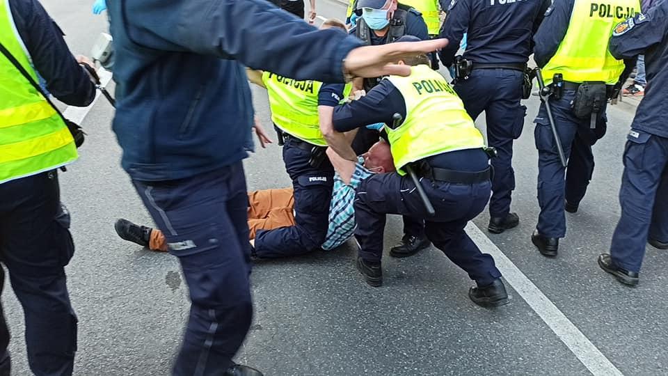 Tomiasto odcina środki dla policji. Powodem brutalność wtłumieniu protestów