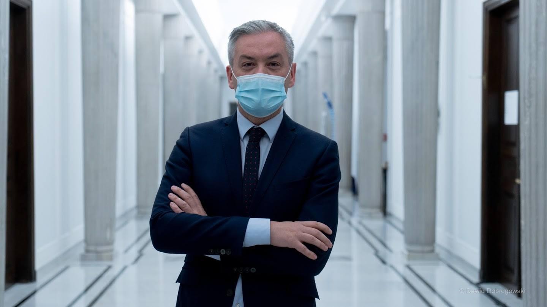 """Biedroń: """"Narodowa Loteria Szczepionkowa. Mieliśmy wstawać z kolan, jesteśmy w ogonie Europy"""""""
