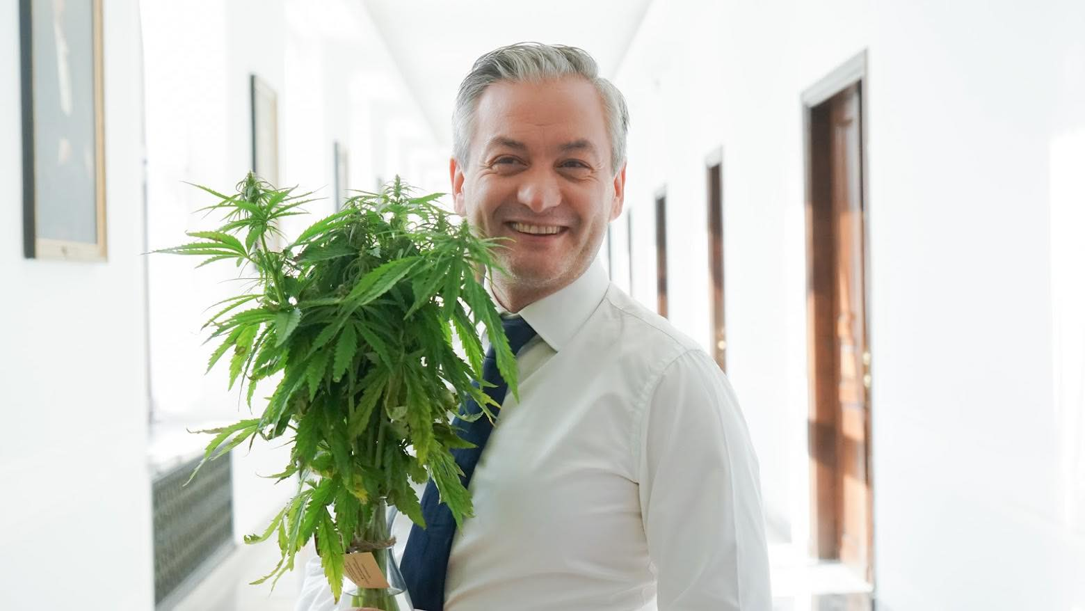 Biedroń chce medycznej marihuany wcałej Unii