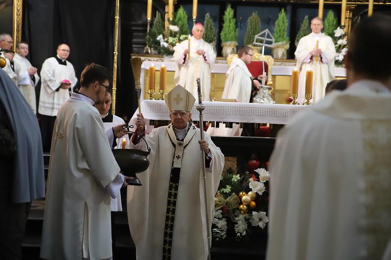 Rekordy zarażeń, brak respiratorów. Recepta abp. Jędraszewskiego? Więcej mszy w kościołach
