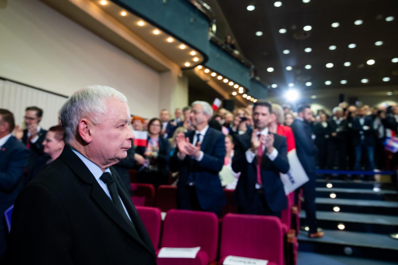 [SONDAŻ] Poparcie dla PiS spada. Porozumienie i Ziobryści poza Sejmem