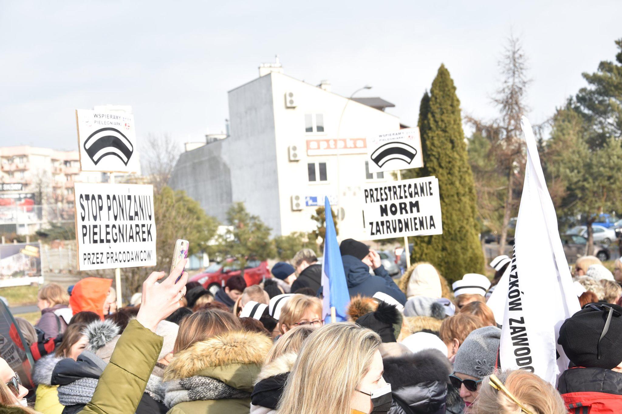 """Pielęgniarki ipołożne protestują: """"Uratujcie nasze zawody"""""""