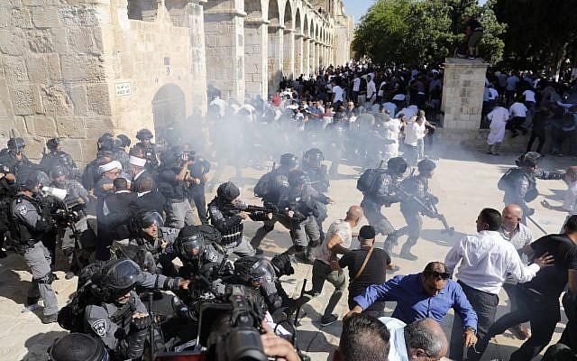 Kolejny dzień starć wJerozolimie. Brutalny atak policji namodlących się Palestyńczyków