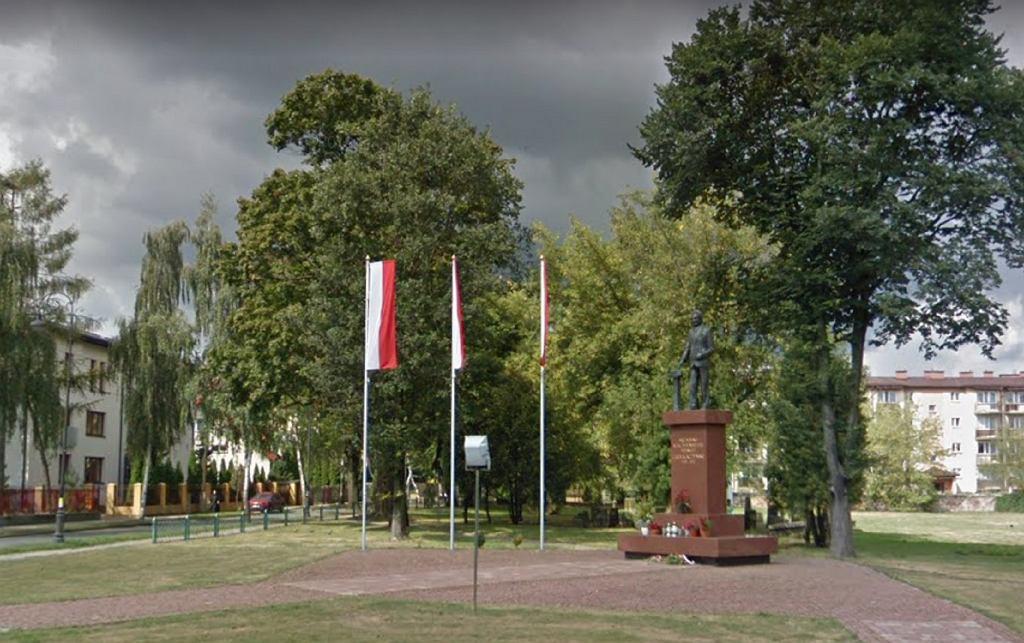 [PILNE] Zdewastowano pomnik Lecha Kaczyńskiego. Oblano go farbą