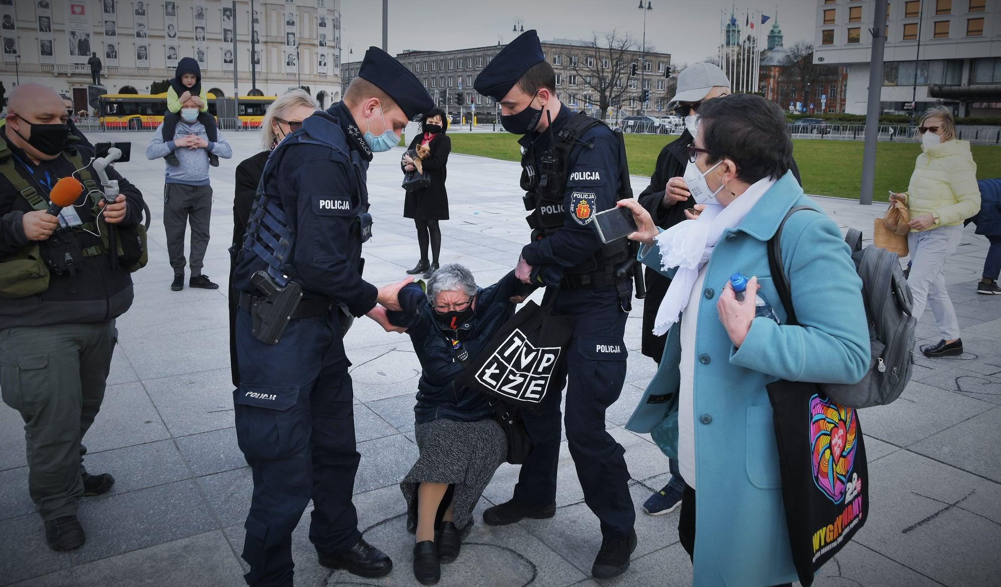 """Kłopoty Babci Kasi. Będzie sądzona za """"atak"""" na policjantów"""