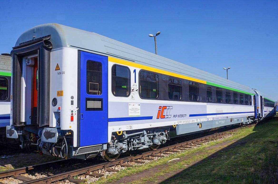 Politycy PiS podziwiali klimatyzowane wagony, a pasażerowie dusili się w skwarze