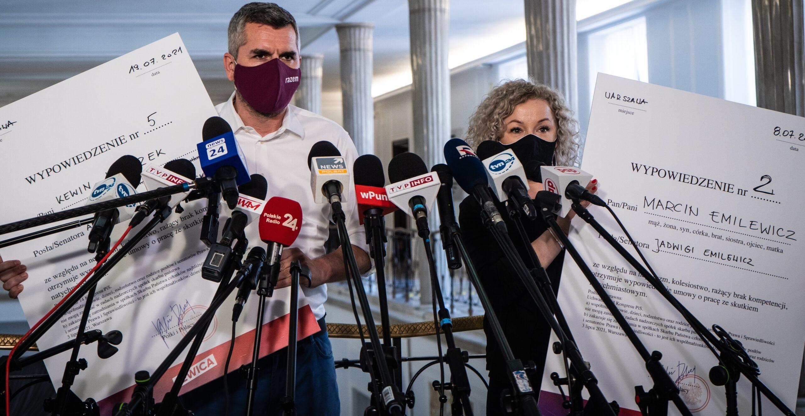 Posłowie Lewicy tworzą mapę nepotyzmu PiS i wręczają rodzinom polityków wypowiedzenia