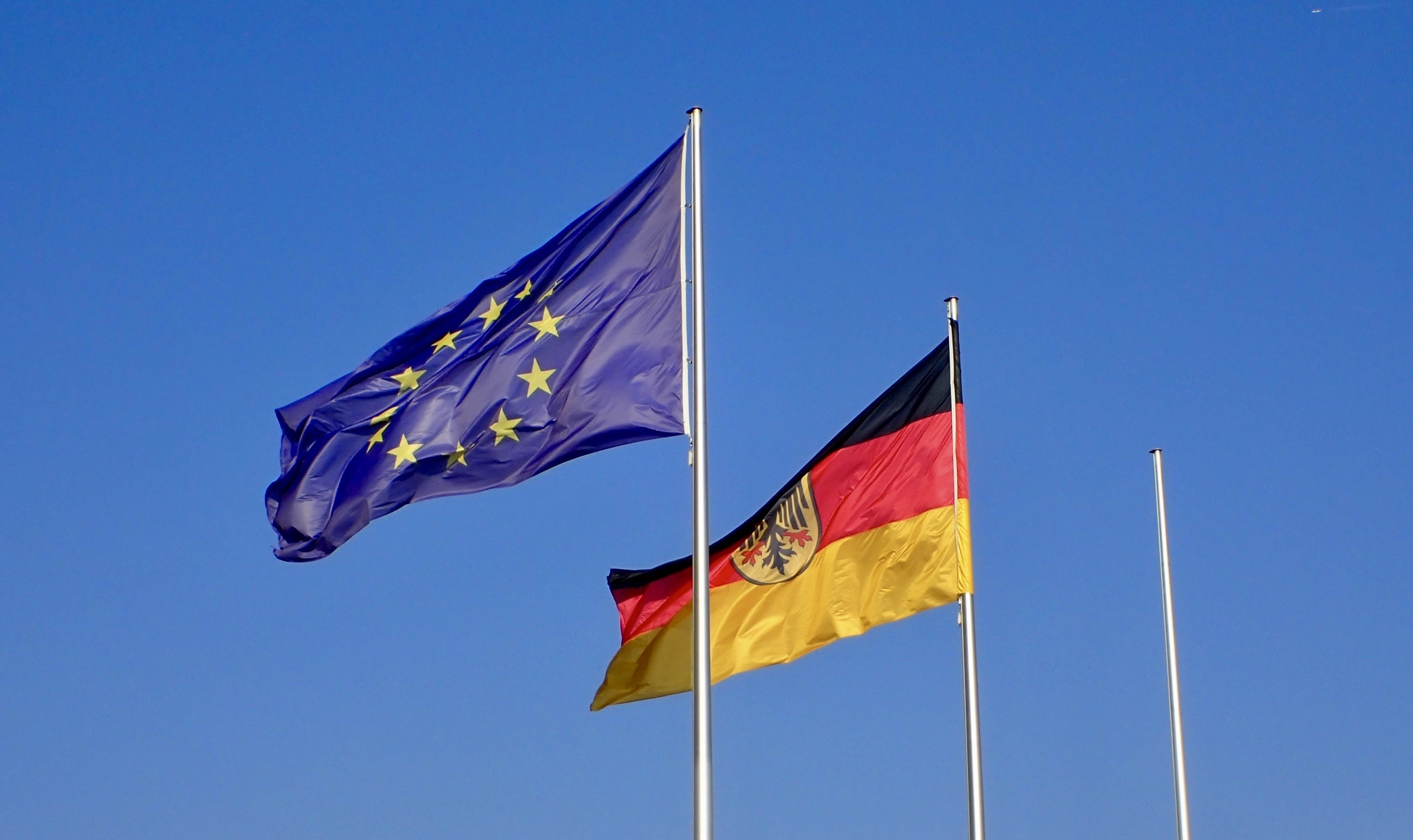 """Niemieckie flagi spuszczone do połowy. """"Znak głębokiego bólu i wstydu"""""""