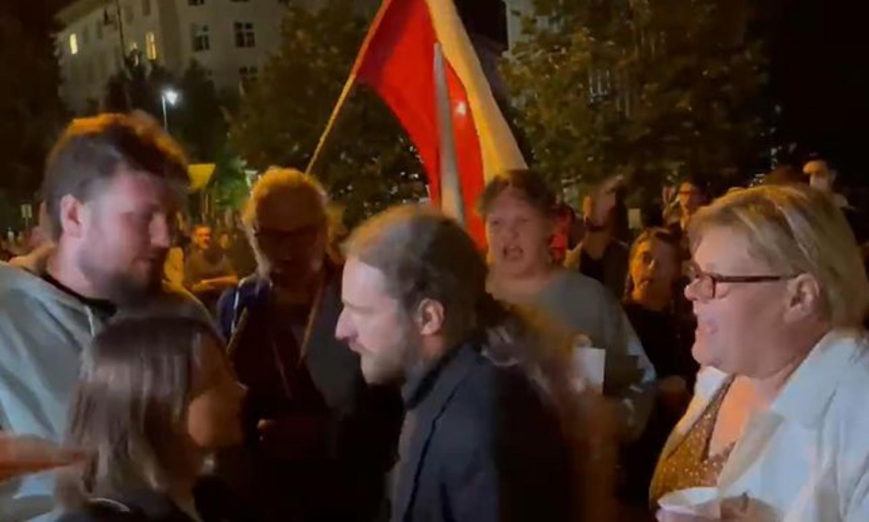 Awantura pod Sejmem. Poszarpany Sośnierz ewakuowany przez kordon policji