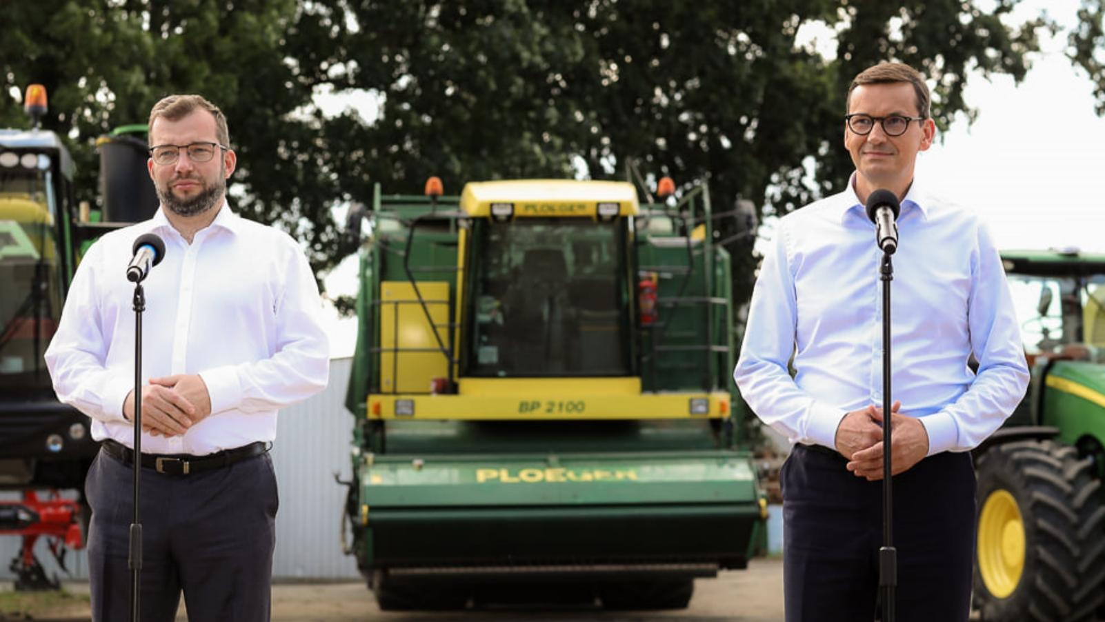 Morawiecki na wsi. Wypożyczono traktory na wizytę premiera, aby pokazać dobrobyt rolników