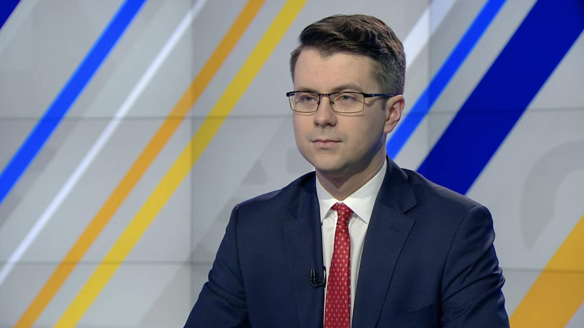 """""""Po prostu manipulanckie i nieprawdziwe"""". Gorące spięcie dziennikarki TVN z rzecznikiem Morawieckiego"""