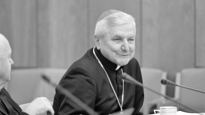 Szarpanina na pogrzebie biskupa Edwarda Janiaka. Wierni zaatakowali dziennikarzy