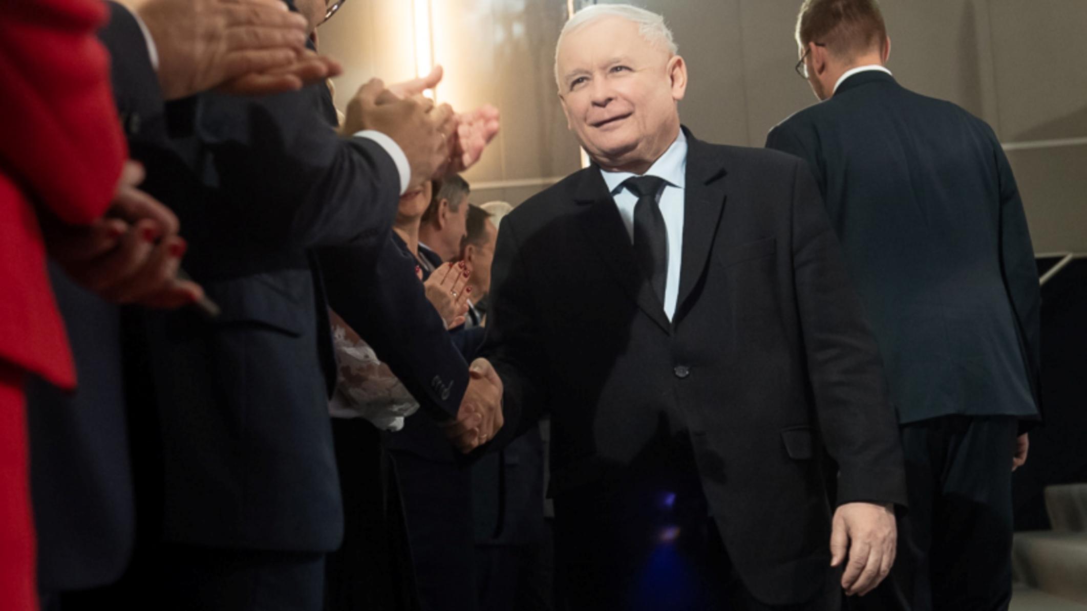 Kaczyński wraca z urlopu. Witają go problemy m.in blokada miliardów euro dla Polski