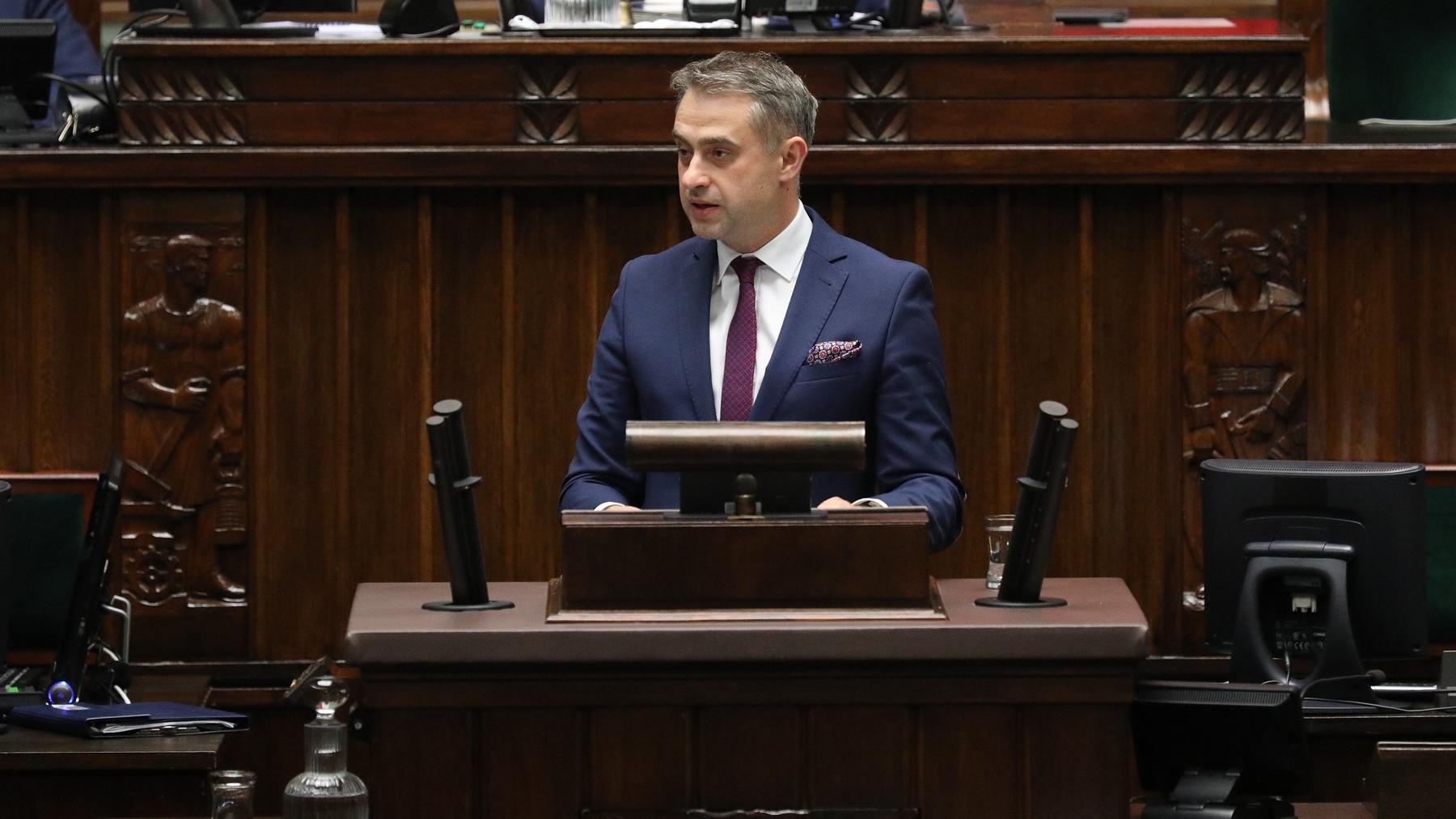 Gawkowski: Państwo Polskie wywozi do lasu dzieci, strzela im pod nogi, szczuje psami